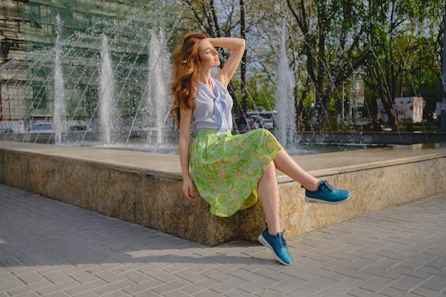 Elegante signora che cammina da sola in strada