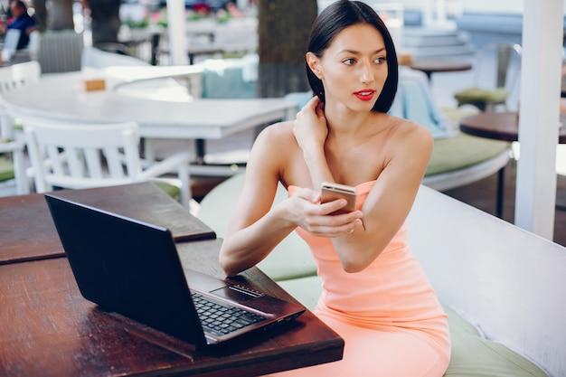 Elegante signora con laptop