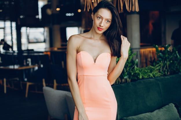 Elegante signora in un vestito rosa