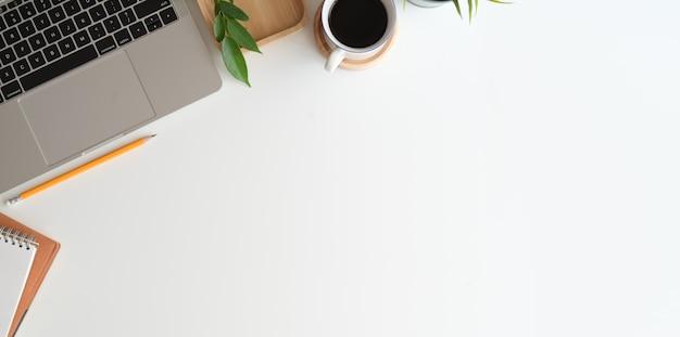 Elegante spazio di lavoro minimalista e copia spazio