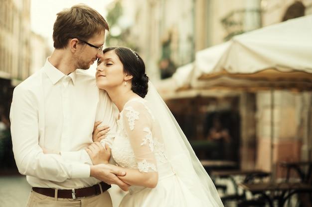 Elegante sposa di lusso e sposo elegante