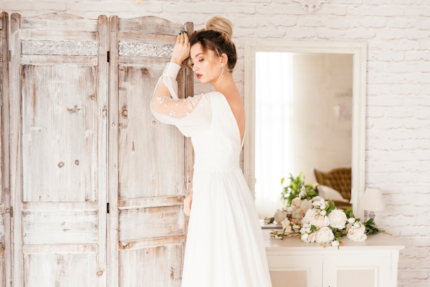 Elegante sposa in posa