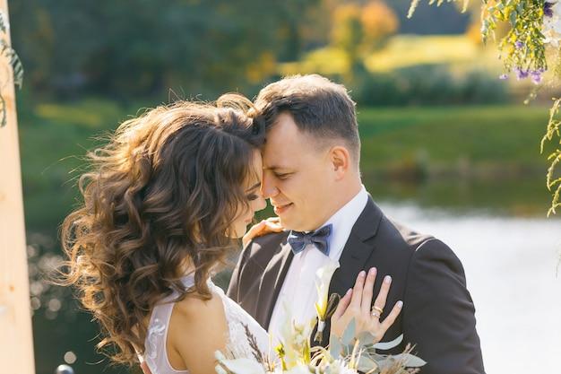 Elegante sposa riccia e sposo felice