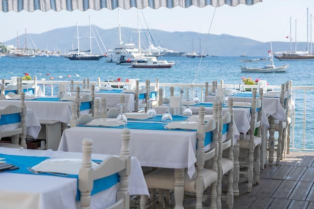 Elegante tavola apparecchiata vicino al mare