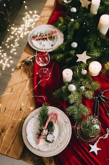 Elegante tavolo con candele accese e decorazioni natalizie