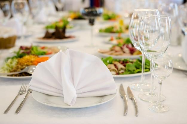 Elegante tavolo da banchetto in un ristorante