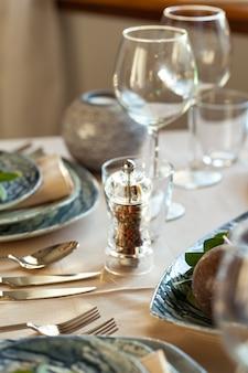 Elegante tavolo da pranzo servito per eventi per banchetti