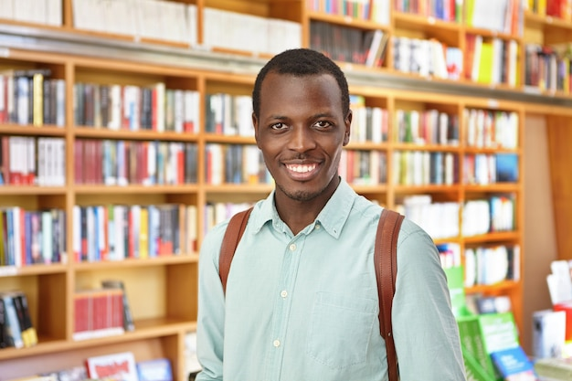 Elegante uomo afro-americano in libreria