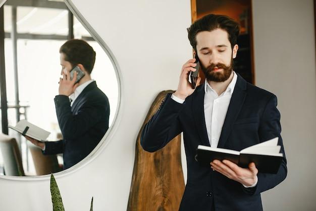 Elegante uomo d'affari che lavora in un ufficio