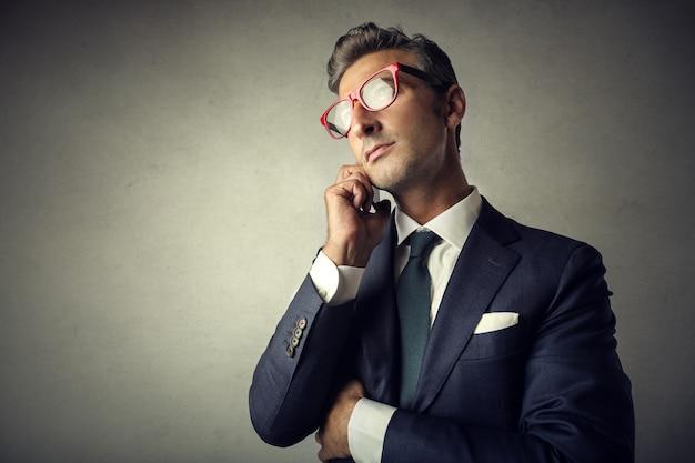 Elegante uomo d'affari parlando al telefono