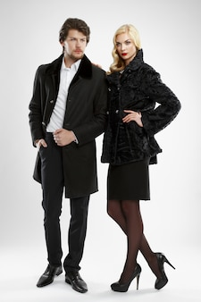 Elegante uomo e donna glamour in pelliccia in posa