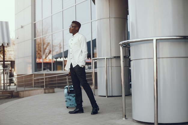 Elegante uomo nero