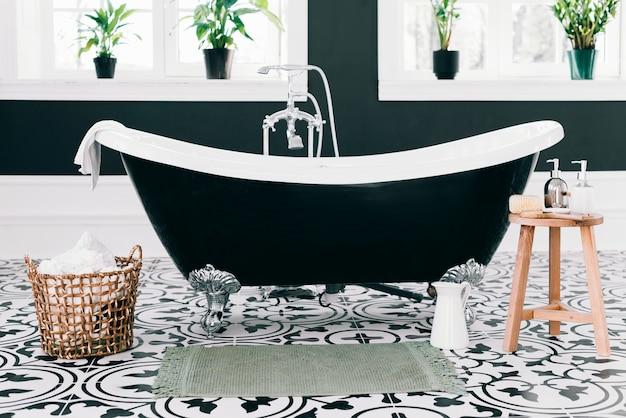 Elegante vasca da bagno con elementi da bagno