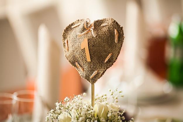Elegantemente arredato con gusto con fiori e accessori nella sala del ristorante