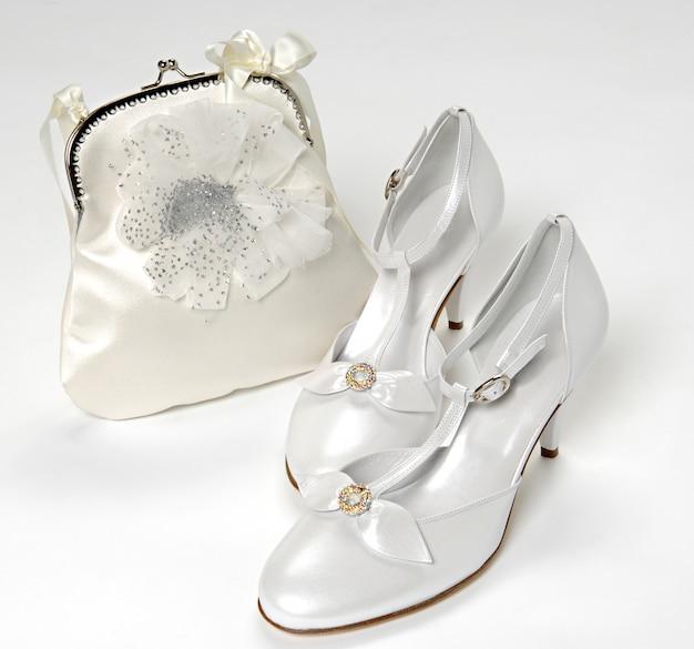 Eleganti accessori da sposa bianchi