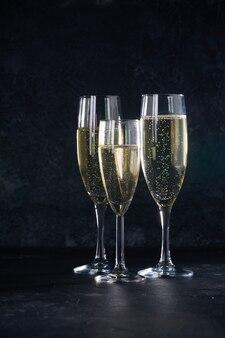 Eleganti bicchieri di champagne con le bollicine