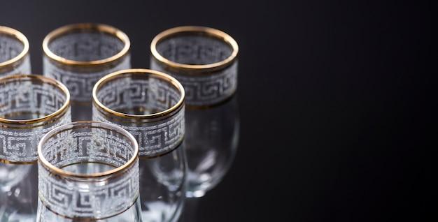 Eleganti bicchieri vuoti trasparenti su sfondo nero