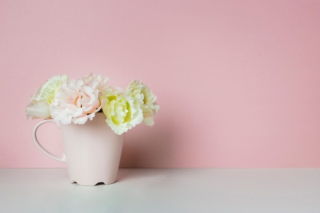 Eleganti fiori in tazza da tè