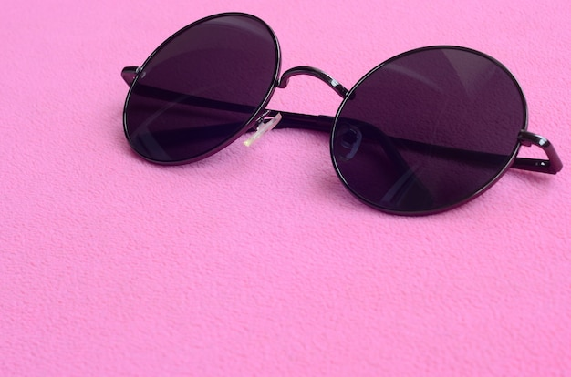 Eleganti occhiali da sole neri con occhiali rotondi bugie