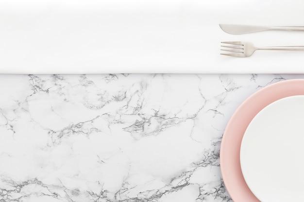 Eleganti piatti da primo piano con posate