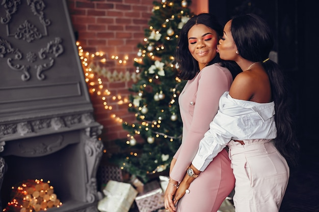 Eleganti ragazze nere nelle decorazioni natalizie