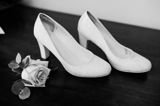 Eleganti scarpe bianche da sposa alla mattina della sposa.