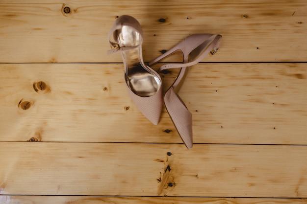 Eleganti scarpe da donna per celebrazioni e matrimoni, abiti da sposa e dettagli
