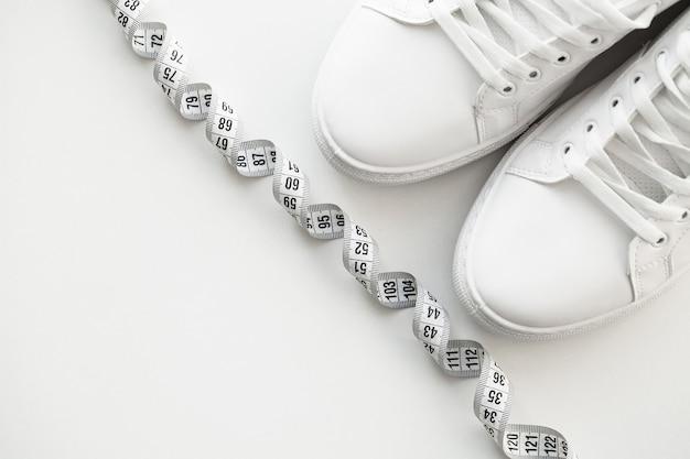 Eleganti scarpe da ginnastica moda bianco su bianco.