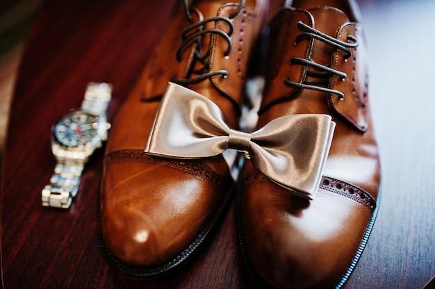 Eleganti scarpe da sposa da uomo alla mattina dello sposo.