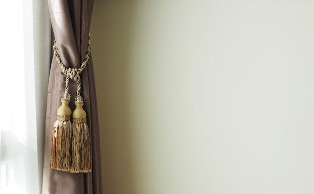 Eleganti tende vicino al muro