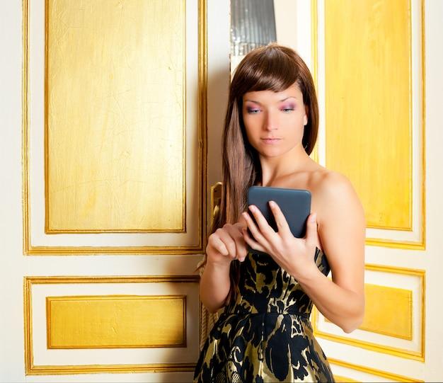 Eleganza moda donna lettura ebook tablet in una porta