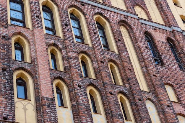 Elementi architettonici, volte e finestre della cattedrale gotica. muri di mattoni rossi. kaliningrad, russia. isola di immanuel kant.