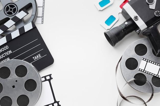Elementi del film su sfondo bianco con spazio di copia