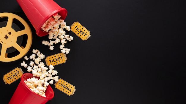Elementi del film su sfondo nero con spazio di copia