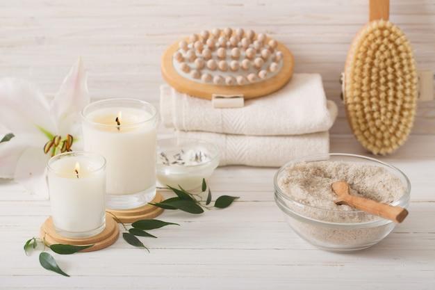 Elementi della stazione termale sulla tavola di legno bianca