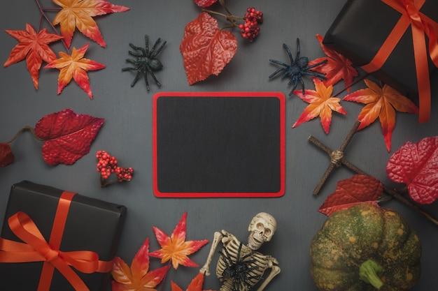 Elementi di autunno di vista superiore su priorità bassa scura