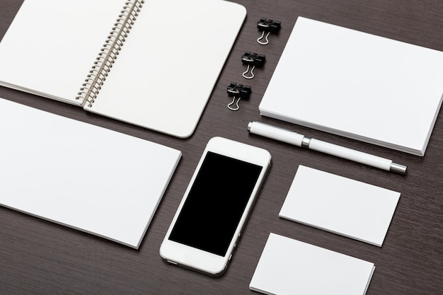 Elementi di carta intestata e di identità con la superficie piana dello smartphone