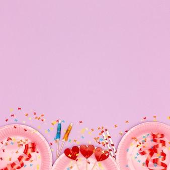 Elementi di compleanno con spazio di copia su sfondo viola