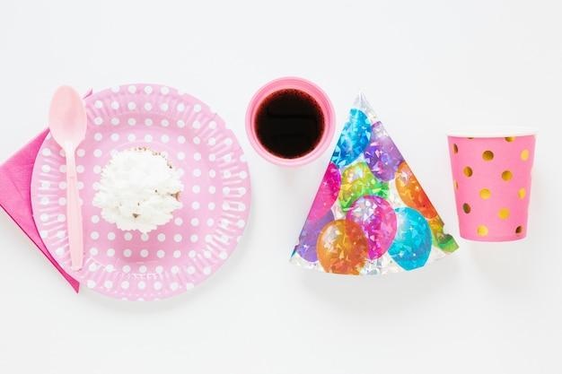 Elementi di compleanno piatto laici su sfondo bianco