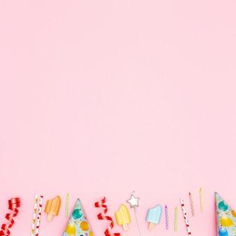 Elementi di compleanno piatto laici su sfondo rosa