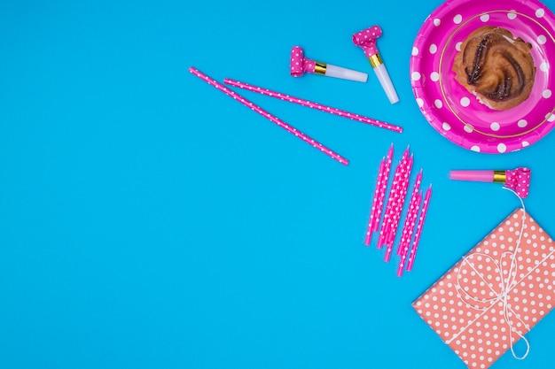 Elementi di compleanno rosa su sfondo blu