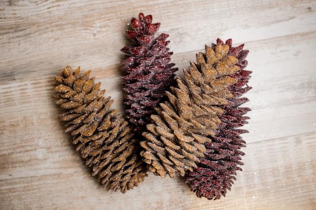 Elementi di decorazione natalizia costituiti da coni di abete scintillanti