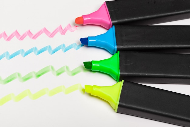 Elementi di design a strisce colorate evidenziate disegnate a mano