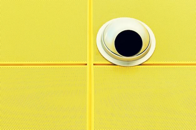 Elementi di design minimale sulla parete gialla