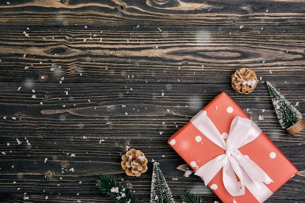Elementi di festa di natale su fondo di legno