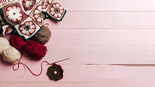 Elementi di lana e spazio a destra