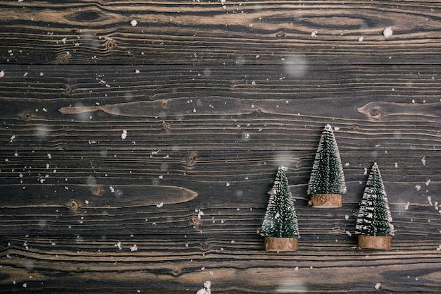 Elementi di natale con l'albero di pino su fondo di legno