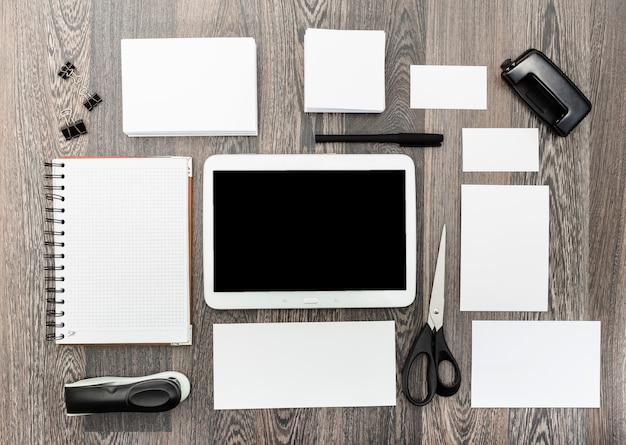 Elementi di personalizzazione in bianco, mock up con tavoletta digitale, vista dall'alto