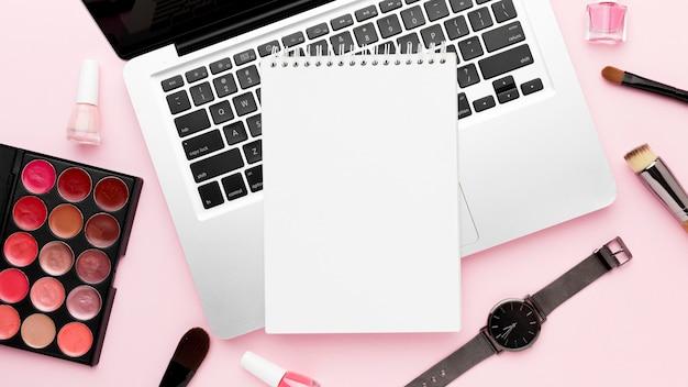 Elementi di scrivania vista dall'alto su sfondo rosa