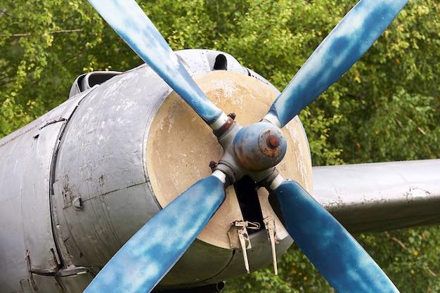 Elementi di un vecchio aereo militare sovietico